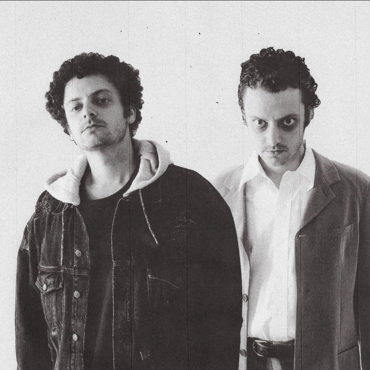 """.@MikeShinoda ist Co-Produzent und Mentor des neuen Songs """"Riptide"""" von @grandson (und keine Sorge: die Gestalt rechts auf dem Foto ist nicht Mike nach einer harten Nacht ). Das Musikvideo gibt's hier: https://wmg.cc/2PnyjROpic.twitter.com/H1W6OJg9h7"""