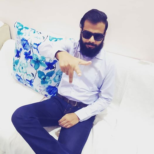 """When you are badly missing #rockybhai  in #kgf ... Pls release #kgfchapter2 ASAP. Note:- The pose should not be confused with """"Right hand thumb rule"""".  @TheNameIsYash #KGFChapter2 #KGF2 pic.twitter.com/Npfb7BsLmV"""
