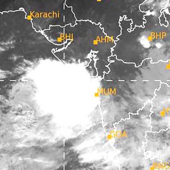 • સમગ્ર ગુજરાતમાં આગામી ત્રણ દિવસ દરમ્યાન સારો વરસાદ પડવાની આગાહી હવામાન ખાતાએ આપી છે. • દક્ષિણ ગુજરાતમાં આગામી બે દિવસ દરમ્યાન અતિ ભારે વરસાદની આગાહી છે.   #Jamnagar #AJNews #AapduJamnagar #Monsoon  #Monsoon2020pic.twitter.com/HDQltiBREW