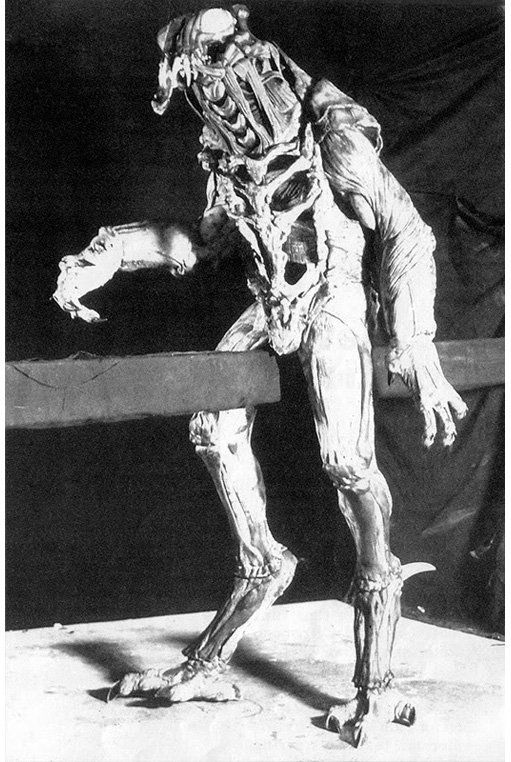More on #Predator (1987). These days it's widely known that the ORIGINAL design for the creature was very different from the dreadlocked, 'mandibled' humanoid we ended up with. The alien was going to be a sort of bug-headed mechanoid with ankles well off the ground (cont)... pic.twitter.com/wnQsM7Oyo0