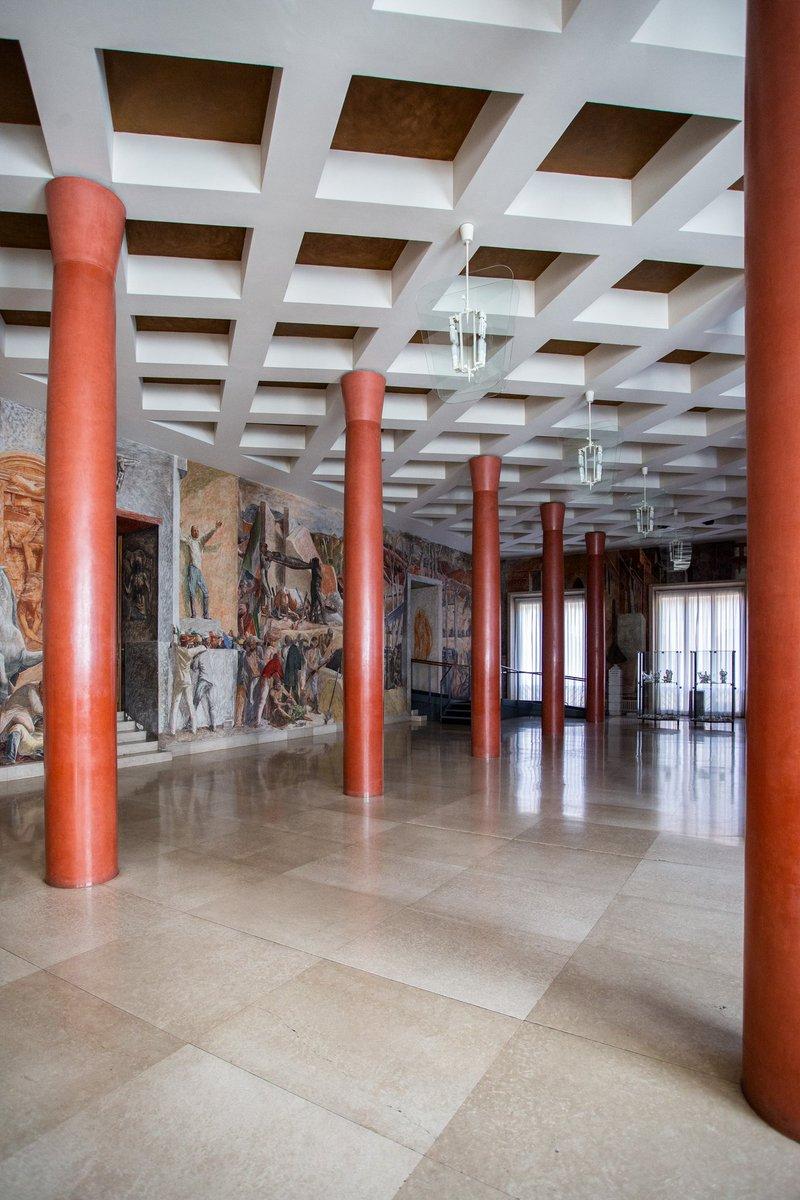 """Nell'antico Palazzo del Bo', sede dell'Università degli studi di Padova, si trova la grande Sala  detta  """"La Basilica"""", che prende il nome dalla sua suddivisione spaziale ritmata dalle colonne rosse.  #ColonneDArte di #VentagliDiParolepic.twitter.com/gdTqGOqjMs"""