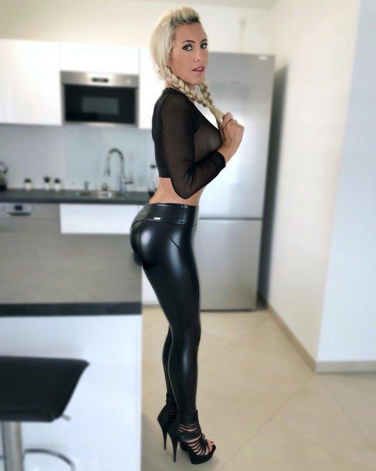 🖤 Hi 🖤 #daynia #mydirtyhobby #leatherpants #leatherleggings #highheels #blonde #zöpfeflechten #kitchen