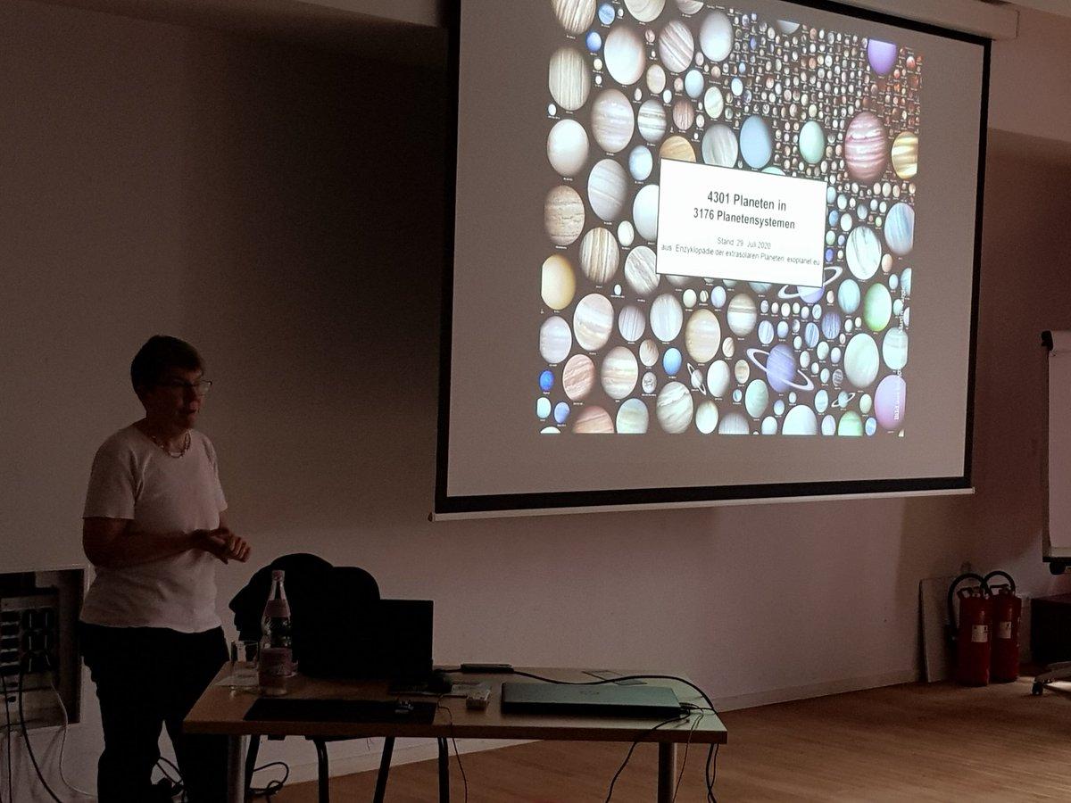 Ein Vortrag von Frau Dr Titz-Weider aus dem DLR  zu extrasolaren Planeten hat den 4. Tag im #spacecamp  eröffnet. Die Programmierung der Satelliten ist fast fertig. Jetzt gibt Tobi aus dem DLR_School_Lab Berlin uns die Möglichkeit mit #VirtualReality Brillen die ISS zu erkunden. https://t.co/uncSv38sWb