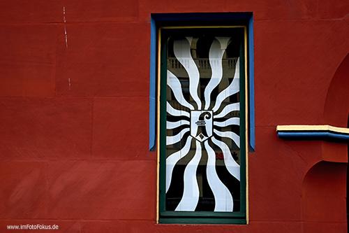 red wall with window  #photography #minimalism #urban pic.twitter.com/uMRatk5M3Q