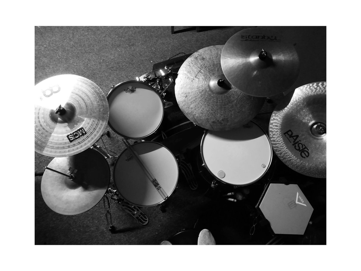 Hello twitter! This is my drumkit, and she has new drumheads tuned up, so now she can go and play outside. #WeWanttoPlaypic.twitter.com/DAJxpijBsI