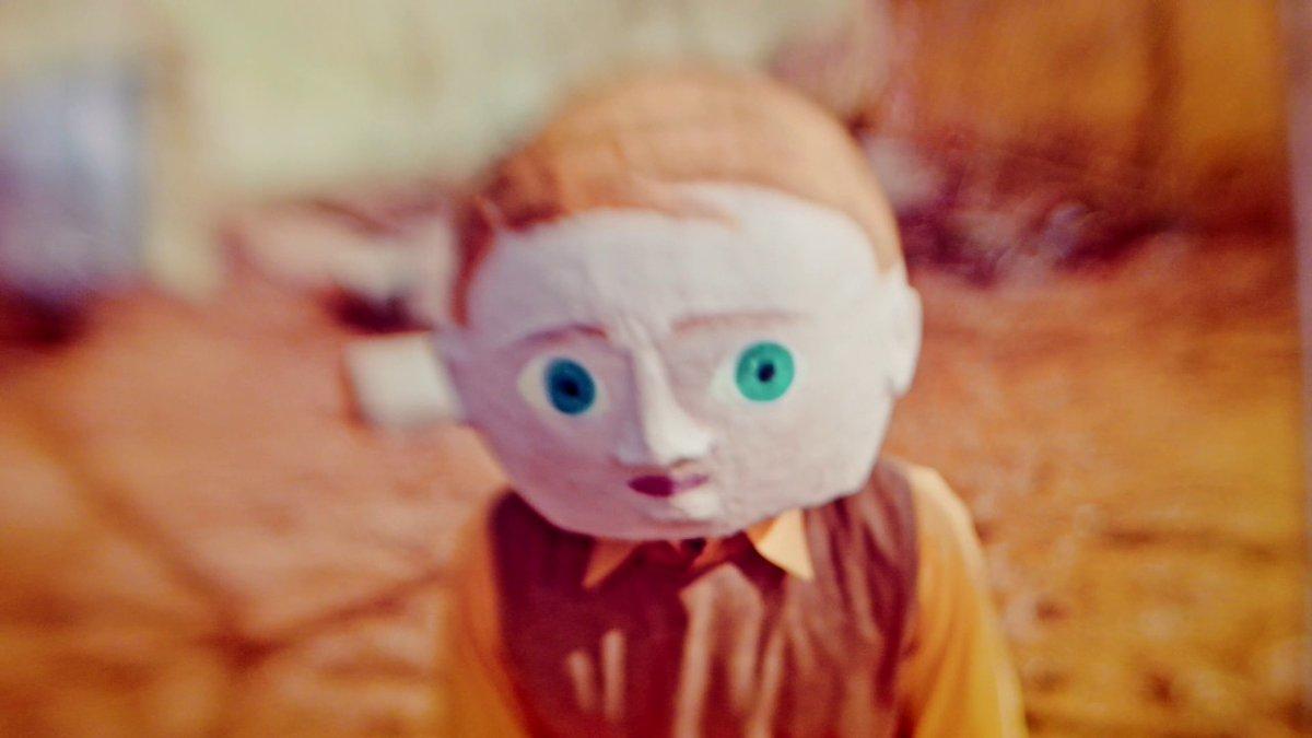 """#FaktenbasierteFiktion  Bedrückend: Das Musikvideo """"Hüpfburg"""" von @Sookee aus der Sicht eines Kindes aus einer völkischen Familie. https://www.youtube.com/watch?v=DdCjPh41jhM…pic.twitter.com/U67Wzf6pEA"""