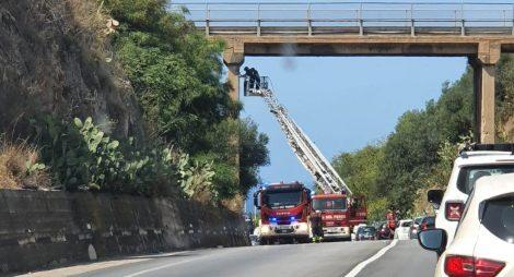 Dal ponte cadono calcinacci sullo scorrimento veloce, traffico paralizzato - https://t.co/xTGlWQ3v6G #blogsicilianotizie