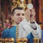 Image for the Tweet beginning: Miren a este sacerdote joven,