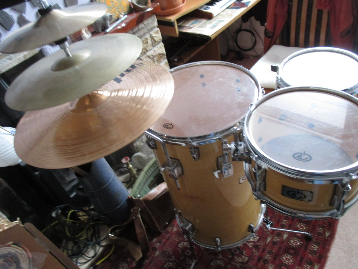 """In the end a #standup #drumkit proves a welcome respite from all the #sitting down. On the #cymbal stack I'm using an 18"""" crash/ride 10"""" hats & #vintage 1950s 14"""" crash which sounds more like a China. kit has 8"""" #piccolo side #snare. #Trashy #Jazzy & #fun to #playpic.twitter.com/D4ZhqYm1vJ"""