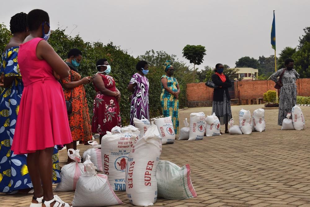 Nursery and primary schools and collaborators receive food and hygiene aid from the Salesians of Don Bosco in Rwanda. #Rwanda #WeAreDonBosco #Salesian #covid19 #coronaviruspic.twitter.com/Il6HE48i2A