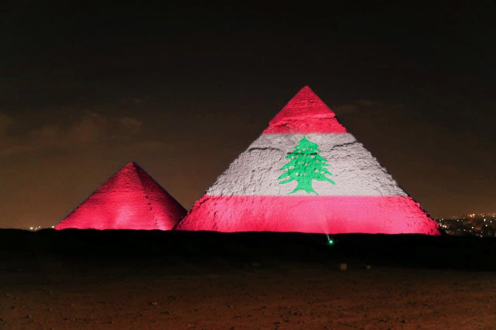 Pyramids lights up with the Lebanese flag .. Giza egypt  #انفجار_بيروت  #بيروت  #Egypt https://t.co/w42FCAFmoS