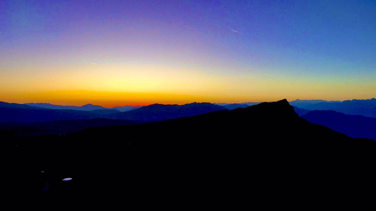 La magia della luce 🤩  #tramonto #sunset #photography #mountain #escursionismo #escursione #trekking #hiking #adventure #guide #colori #altopianodiasiago #giulionicettoamm #bebrave https://t.co/yUQvEyJkW3