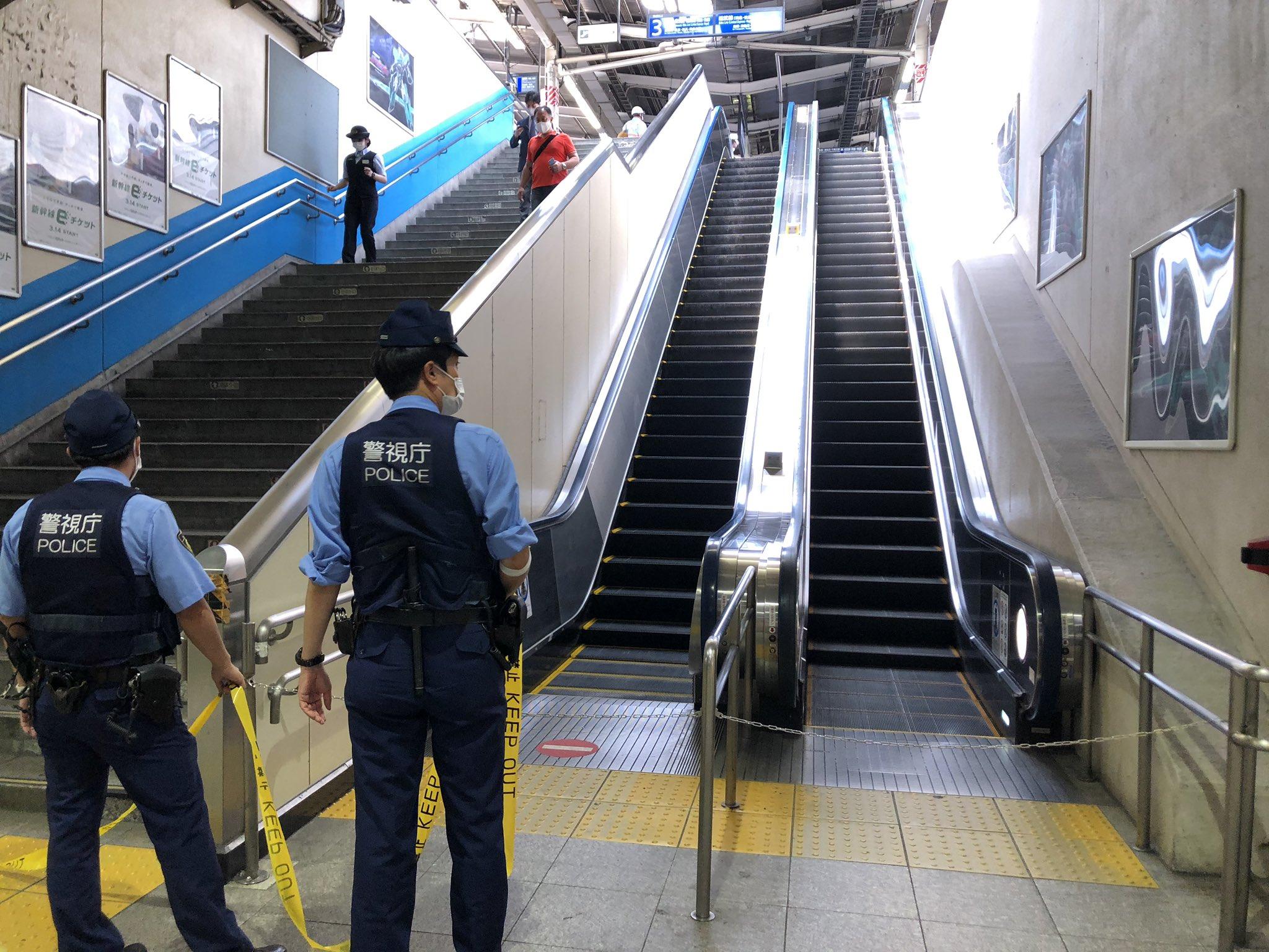 総武線快速の錦糸町駅の人身事故で規制線を張っている画像