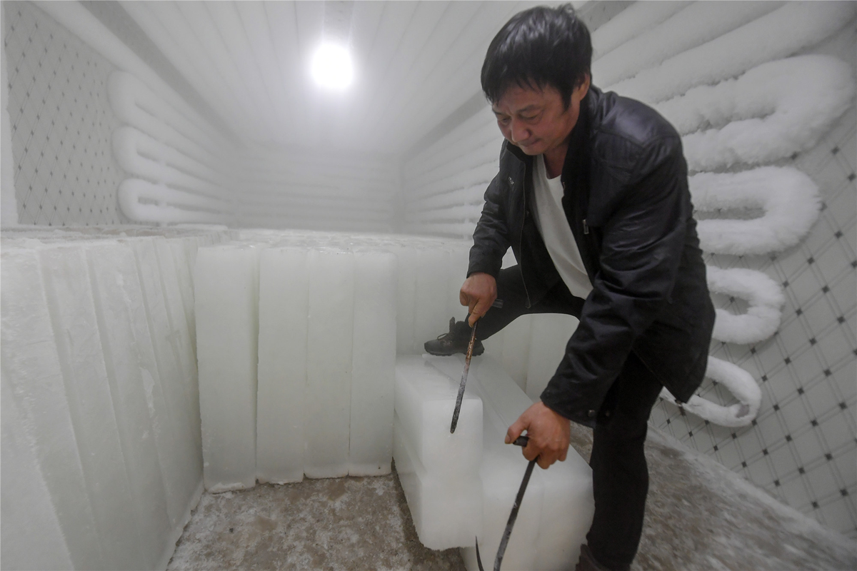 Workers at an Ice factory in Chaohu, Anhui province, are working overtime to make ice blocks for the city's flood prevention and control stations to prevent heat stroke. #ice #summer https://t.co/FIP8ACq2W6