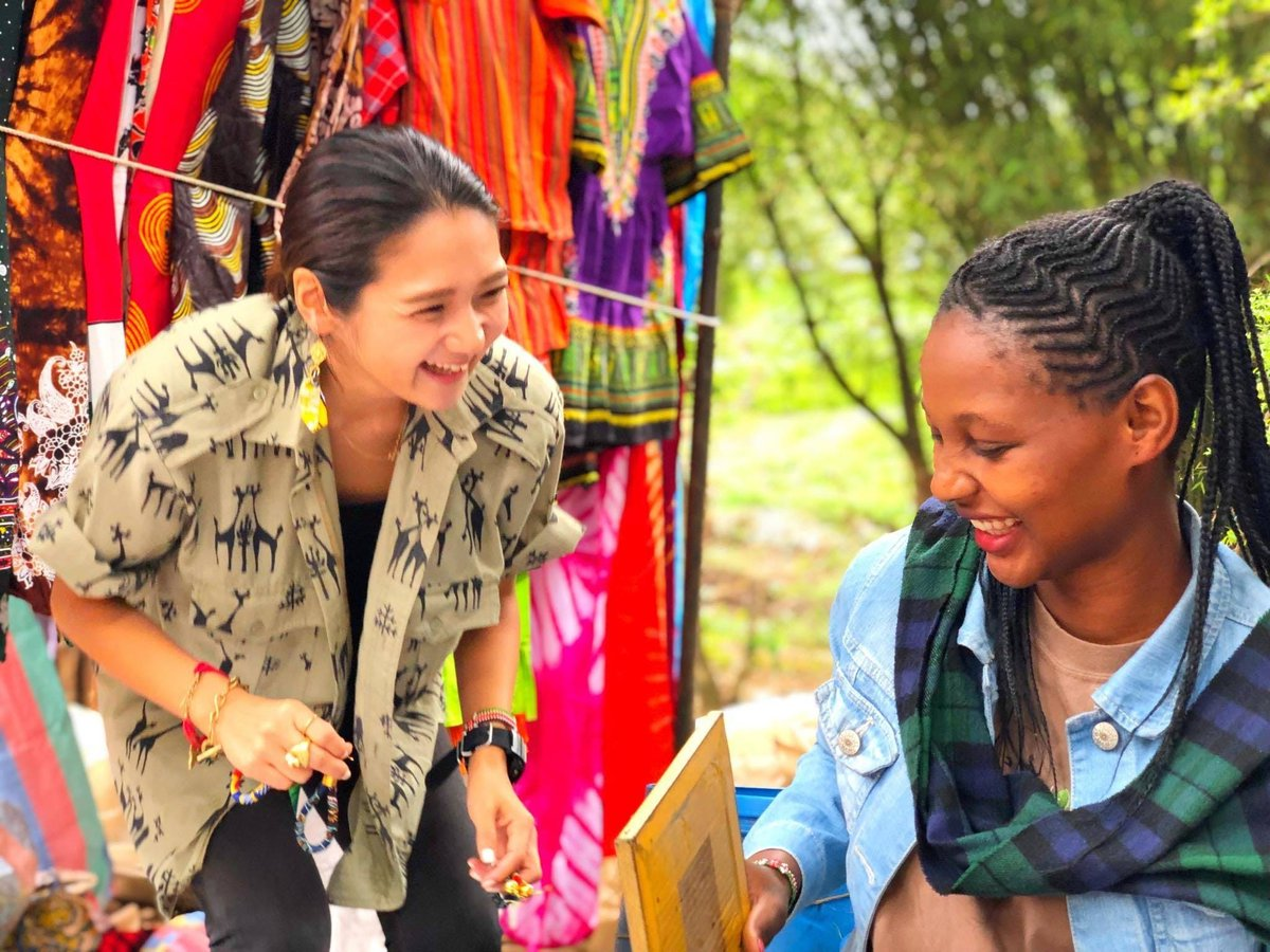 世界とつながるサマースクールでは、アフリカ布ワークショップを開催!🎉アフリカ布で貼り絵して、世界で一枚だけのハガキを作りますっ!🌍皆さんに当日貼り絵をしてもらうとっっても可愛い原画を、ただいま製作中です!🔥アフリカを感じさせる動物が出てくるとか?!🇰🇪