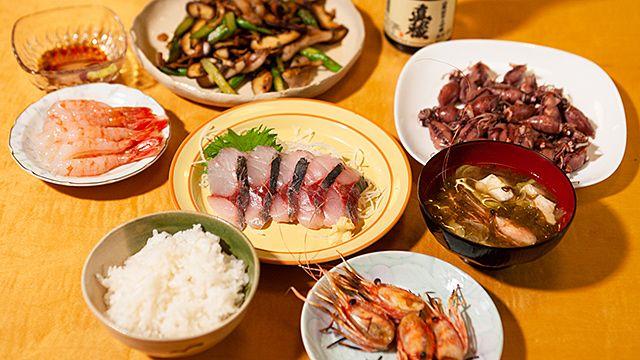 佐渡ヶ島の貸別荘に四泊して、地元食材を料理して食べた体験記。こういう旅は本当楽しいですよね。この新しい旅のスタイルは広く定着していくと思う。/旅先のスーパーで買い物して、自炊する日々に憧れて