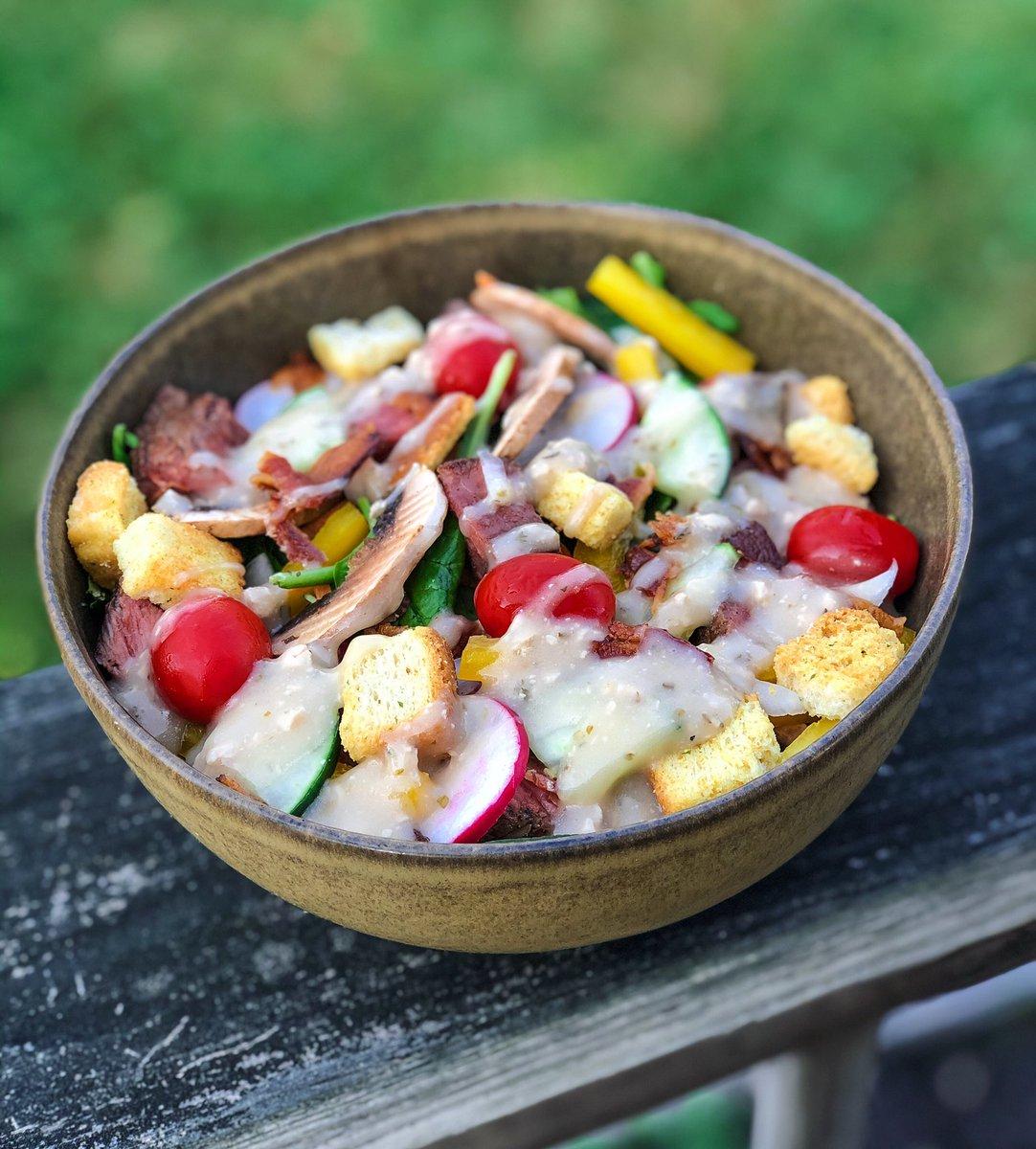 steak salad w/ a blue cheese vin  solid summer eats. #eeeeeats pic.twitter.com/TGfwWcVlKX
