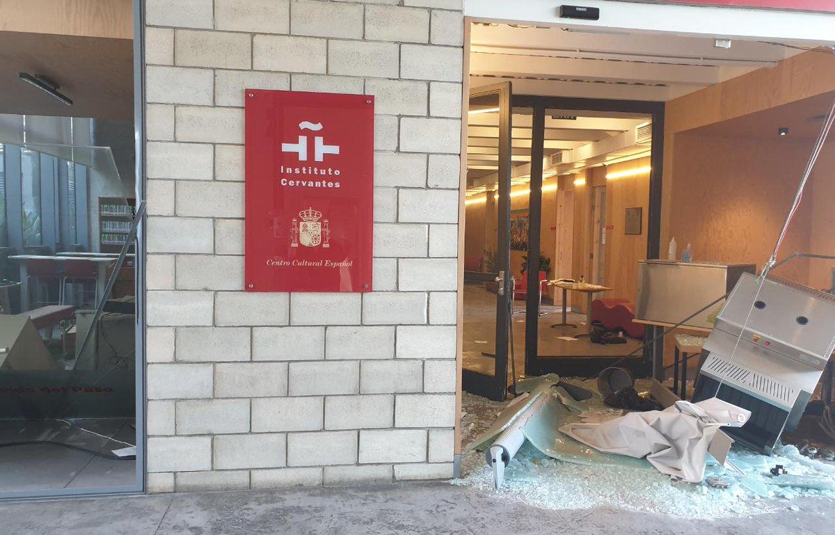El centro del Instituto Cervantes en Beirut sufre graves daños tras la gran explosión de ayer. Dos trabajadores están heridos. Deseándoles una pronta recuperación, expresamos nuestras condolencias a todos los afectados y nos sumamos al dolor del pueblo libanés.  #CervantesBeirut https://t.co/NmrDrcYtkq