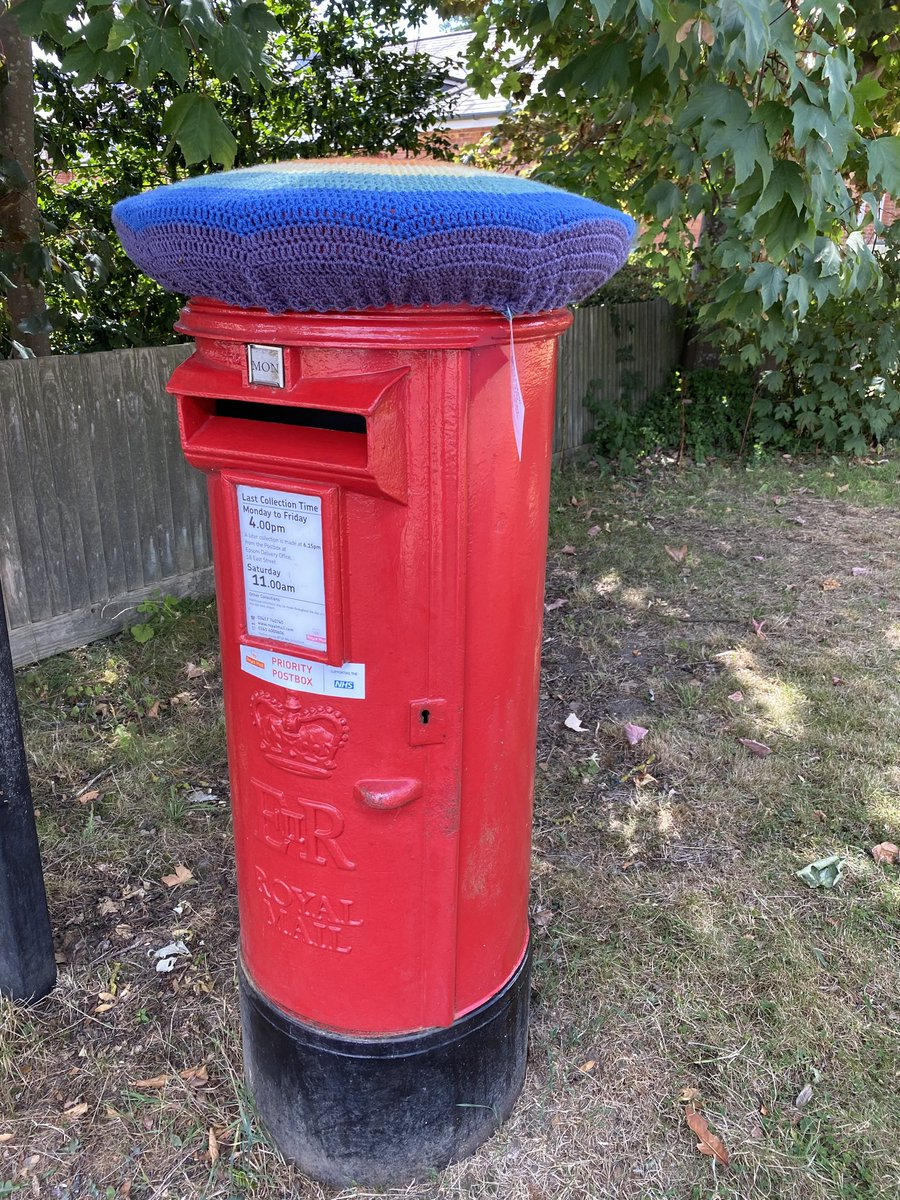 Someone has knitted a hat for our post box! Giggles https://t.co/FGZI1WTAeg