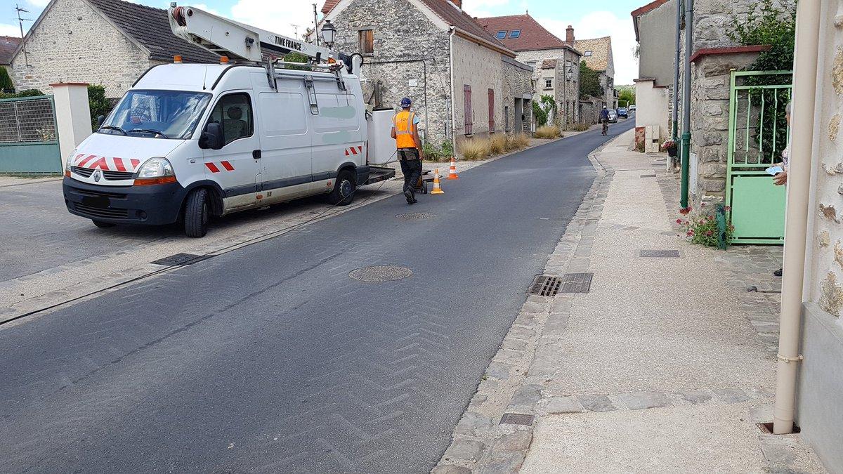 Le déploiement de la fibre avance à #cerny : tirage de câbles en cours dans les fourreaux rue Damiot et sur toute la commune. Pour plus d'infos sur l'avancement, rendez-vous sur http://essonnenumerique.compic.twitter.com/qLxCTPi784