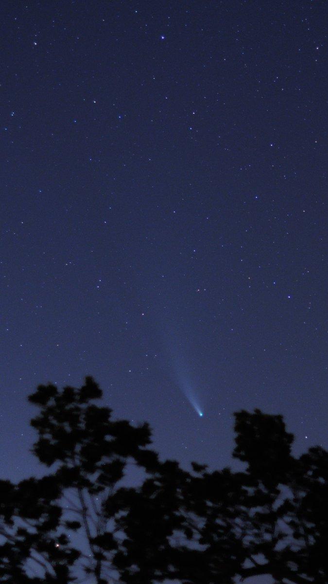 Ještě jsem se nechlubil komeťákem, takže zde :)  Kompozice 10 snímků, Nikon D5000, 50mm f/1.4  #Neowisepic.twitter.com/wErAtsvIXA