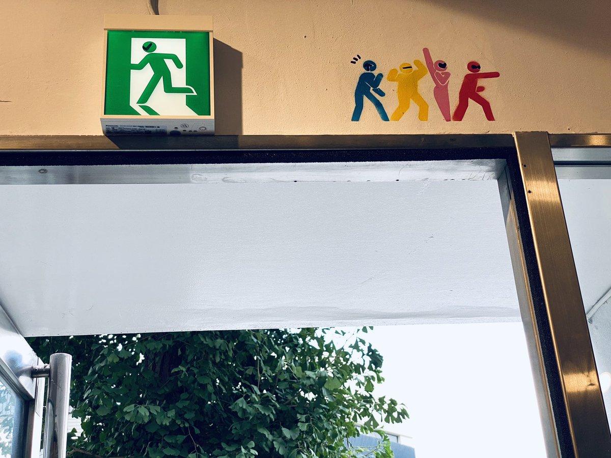グリーンにいったい何が…!?画像提供:@WakashimaKaoru「非常口の「ミドリの人」の横に戦隊ヒーローを描き足したら、想像がふくらむアートに変身」