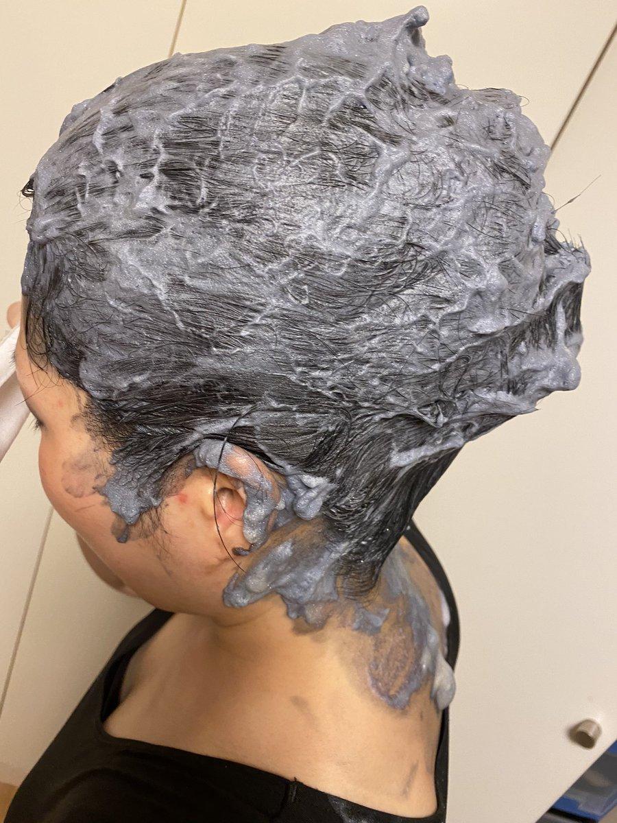 日曜日面接のため髪を染め中。夫に頼んだら使ったことない泡タイプ買ってきてくれた。塗った。垂れた。背中どうなるのか転職より不安です😱#転職 #黒髪 #泡タイプ