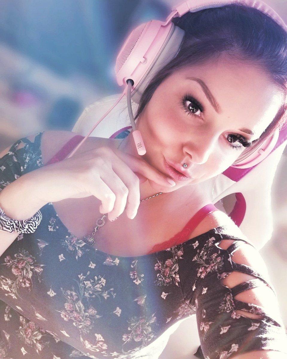 """#razer #pink #zocken #mädchenzockenauch #razergaming #engelsrufer #pinkpinkpink #ersterpost Hallo & -lich Willkommen auf meinem Profil!  Ich bin """"PinkiHontas"""" aka Celina  Ihr findet mich auch auf YouTube, sowie Insta unter PinkiHontas!   Kuss & Schnauzer eure Pinki pic.twitter.com/aeaQizQx92"""