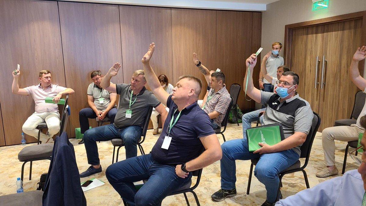 Клуби ПФЛ хотіли висловити президенту Макарову недовіру. Макаров покинув засідання, в знак протесту. https://t.co/yaHrXOSvVM