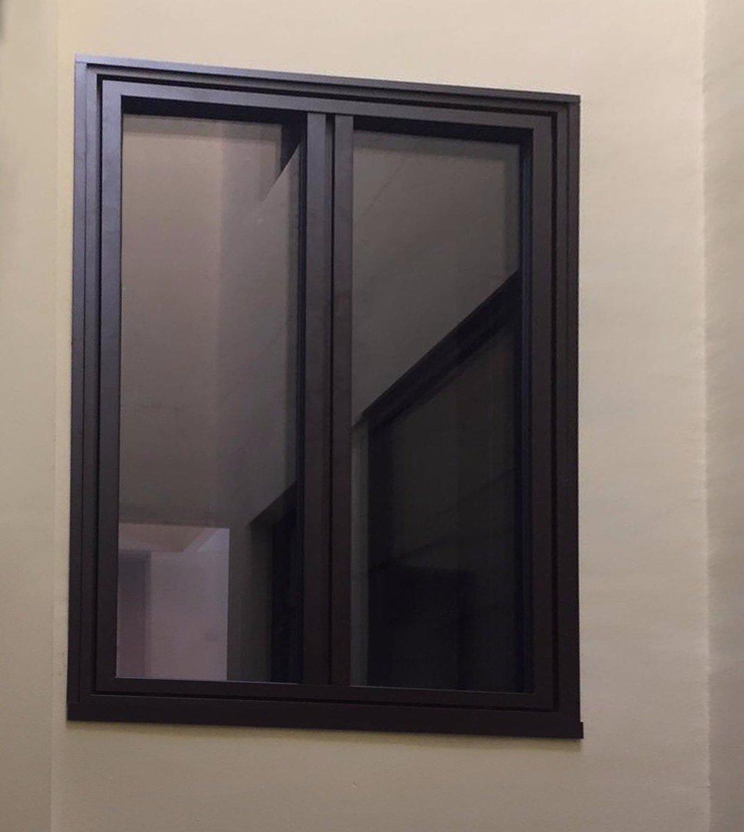 ¿Es un cuadro o una ventana? Las ventanas K.LINE se mimetizan con el ambiente, gracias a sus líneas depuradas y minimalistas. Una excelente alternativa para los arquitectos, decoradores e interioristas que buscan soluciones de diseño para sus obras #ventanas #ventanasaluminio https://t.co/IPSt3daRb5
