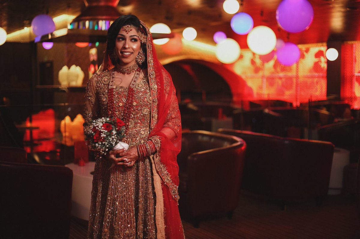 Beautiful outfit and even brighter smile  . . . #bengaliwedding #southasianwedding #thepakistanibride #mehndi #desibride #desiwedding #indianwedding #weddingphotography #pakistanibride #pakistaniwedding #love #walima #pakistani #henna #indianweddingspic.twitter.com/QB36CEJgY9