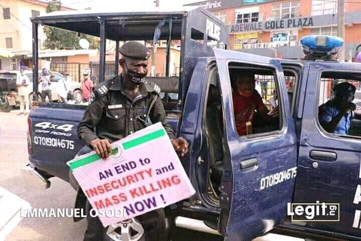 @AmnestyNigeria @NGRSenate @NGRPresident  @NigeriaGov @OfficialAPCNg  @GovKaduna  Pls someone with that poster holding by this police officer, did he deserve an arrest for telling Nigerian government to stop killings in Nigeria.  Judge by yourselves.pic.twitter.com/bGgnkEZX1V