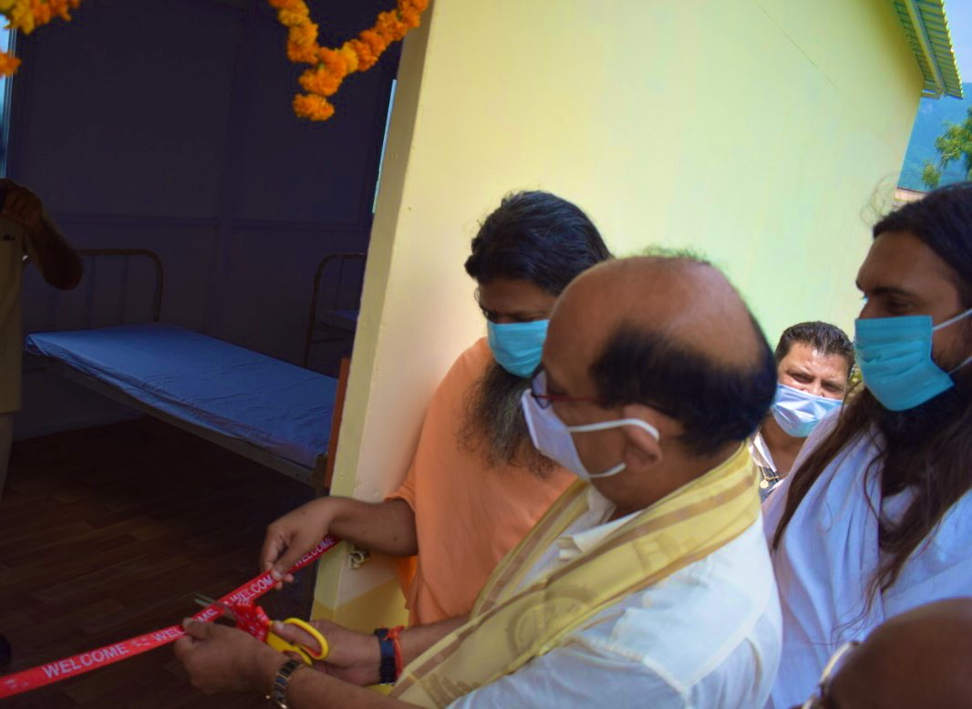 In response to the ongoing #COVID19 relief work, our @ArtofLiving & @iahv volunteers built a makeshift hospital at Narendra Nagar, Uttarakhand. It was inaugurated and handed over to the government in the presence of Hon. Governor of Uttarakhand & Cabinet Minister @SubodhUniyal1. https://t.co/T25jpYnk0c