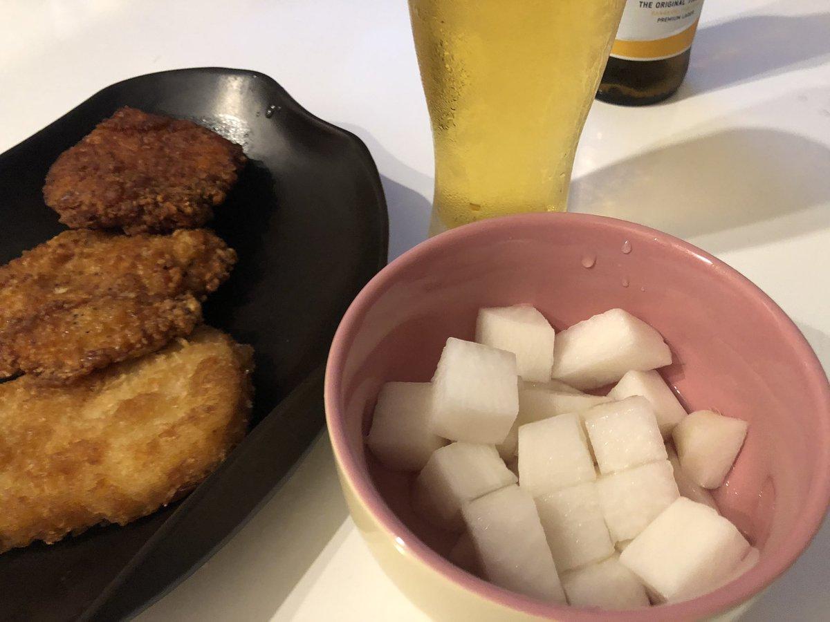 ついに自分で韓国のチキン屋で出てくる大根の漬物を作りました。大根切って、水と酢と砂糖など混ぜるだけでとっても簡単でした。やはりチキン好きにはこれがたまらん!ビールにも合う。詳細はこちら↓#치킨무