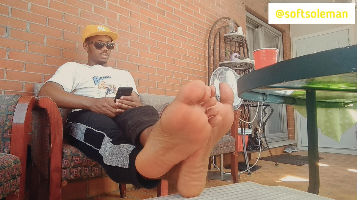 Checking direct messages... 🤳🧐😎  #softsoleman #malefeet #soles #feet #pieds #piedsmasculins #plumpsoles #directmessages #smartphone #crossedfeet #crossedankles https://t.co/zB0uW7dEZP