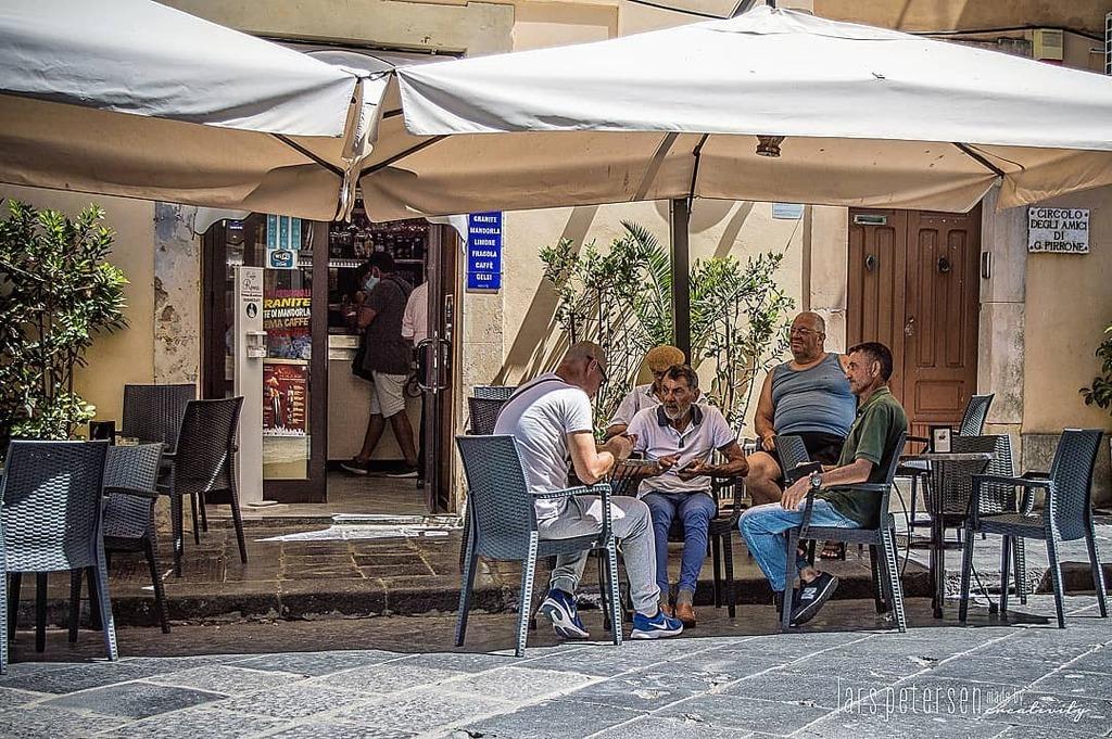Die Herren verbringen die Mittagspause in Noto (Sizilien) mit einem