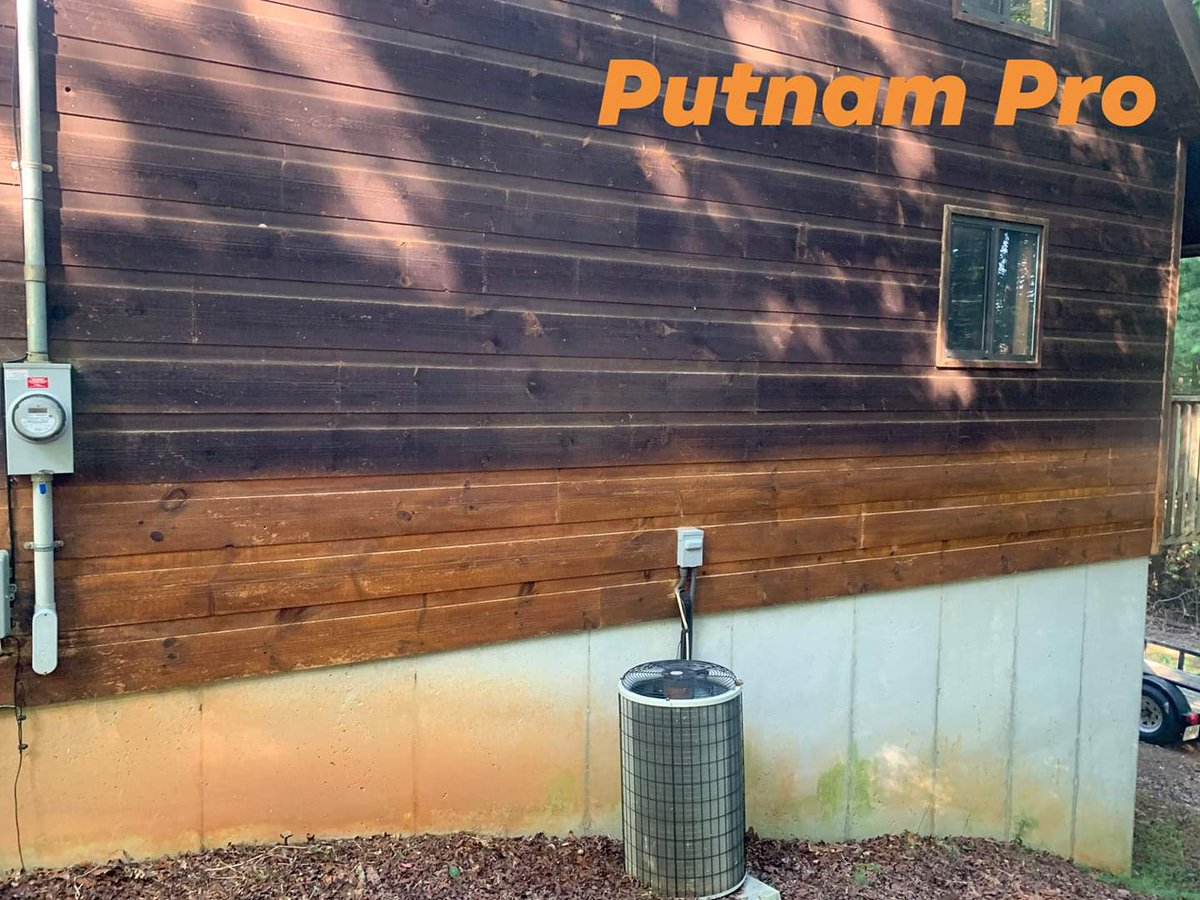 Check this out! Putnam Pro was cleaning algae off a wood sided home. Look what's under it! They thought it was a dark stain  Reserve your date with Putnam Pro today! (706) 669-3479  #steamclean  #homepainting #homestaining #housepainting #pressurewash #powerwash  #paintingpic.twitter.com/vTA0aJlh3Z