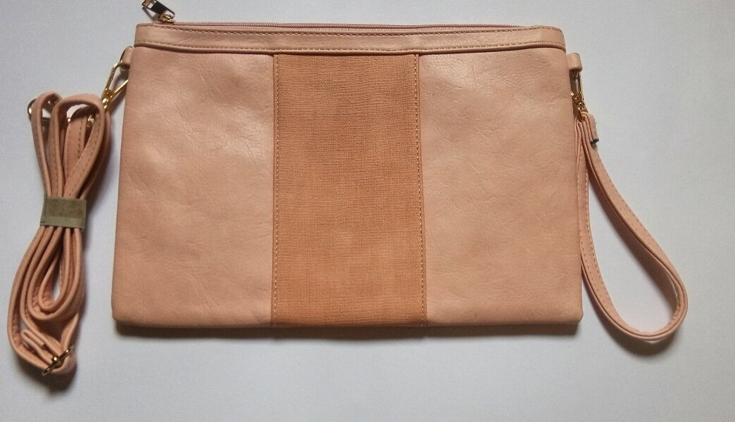 You could carry it as a sling bag or as a purse. Feel free to explore with this masterpiece. 2k!  Pay on delivery.  #bestbargain #purse #handbag #beautyshellng #Fashion #thrift #thriftshop #thriftstorefindspic.twitter.com/8rzuM5ZHsU