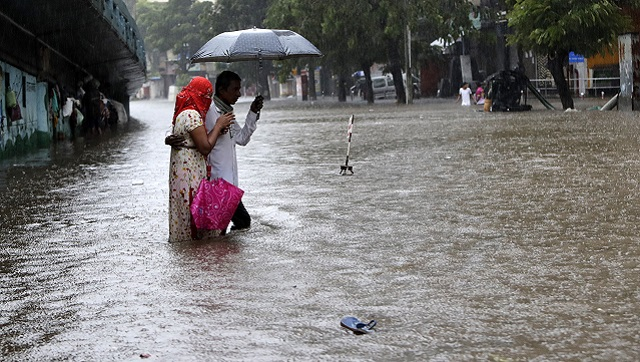 #ICYMI: The #MD said heavy rainfall will continue to batter #Mumbai and neighbouring areas until Thursday morning with strong winds up to 70 kmph expected along and off the coastal areas.  https://t.co/a1zZ7stBPJ https://t.co/tzxEY1wUdL
