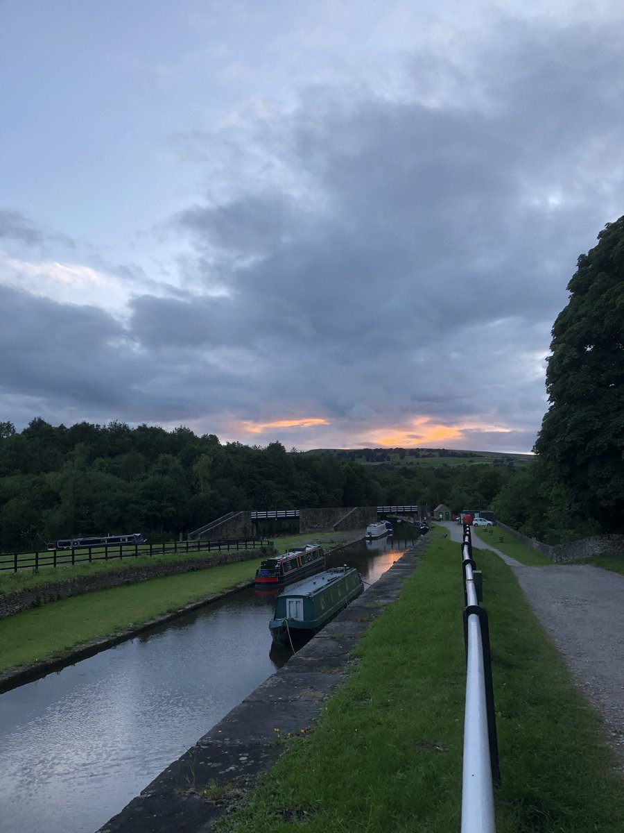 Sunset, Bugsworth Basin - possibly the only sighting today of the sun! #boatsthattweet #canallife #boatlife #narrowboats #bugsworthbasin #englishheritagepic.twitter.com/CJFu9nEhXV