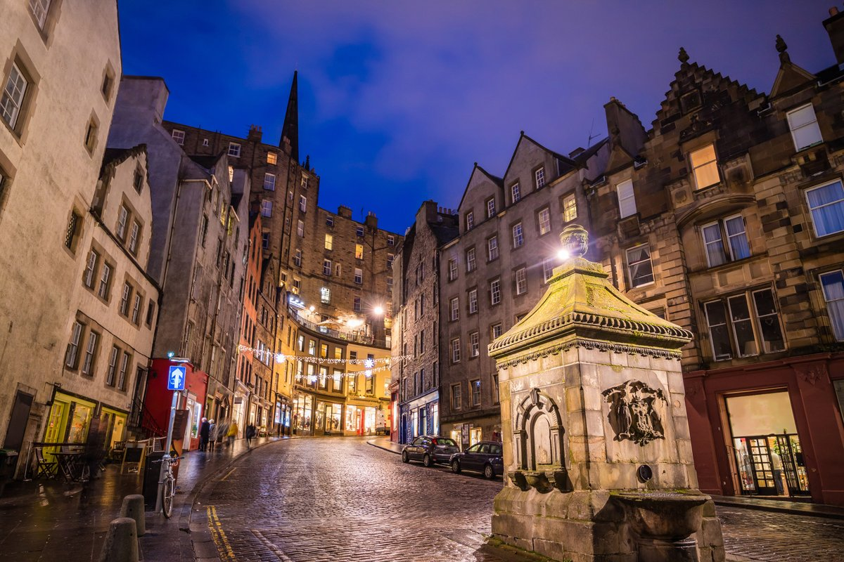 This evening we took #AWanderAround the #Grassmarket of #Edinburgh #Scotland . A 15C horse and cattle market which is today full of bars, pubs, cafes and restaurants and stunning architecture #Travel #Traveling #TravelPhotography #Travelholic #BWDVacations #TheManInTheFrontSeatpic.twitter.com/apATGSy8an