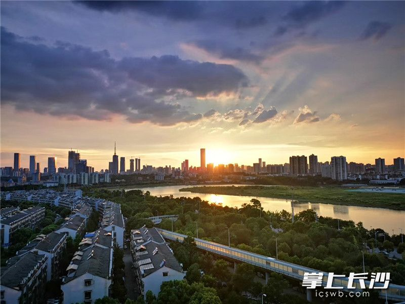 Under sustained high temperatures recently, sunset clouds were captured by many Changsha residents. These photoes are captured by my friends. Wish you a beautiful day~#Changshapic.twitter.com/egVizD3Wjn