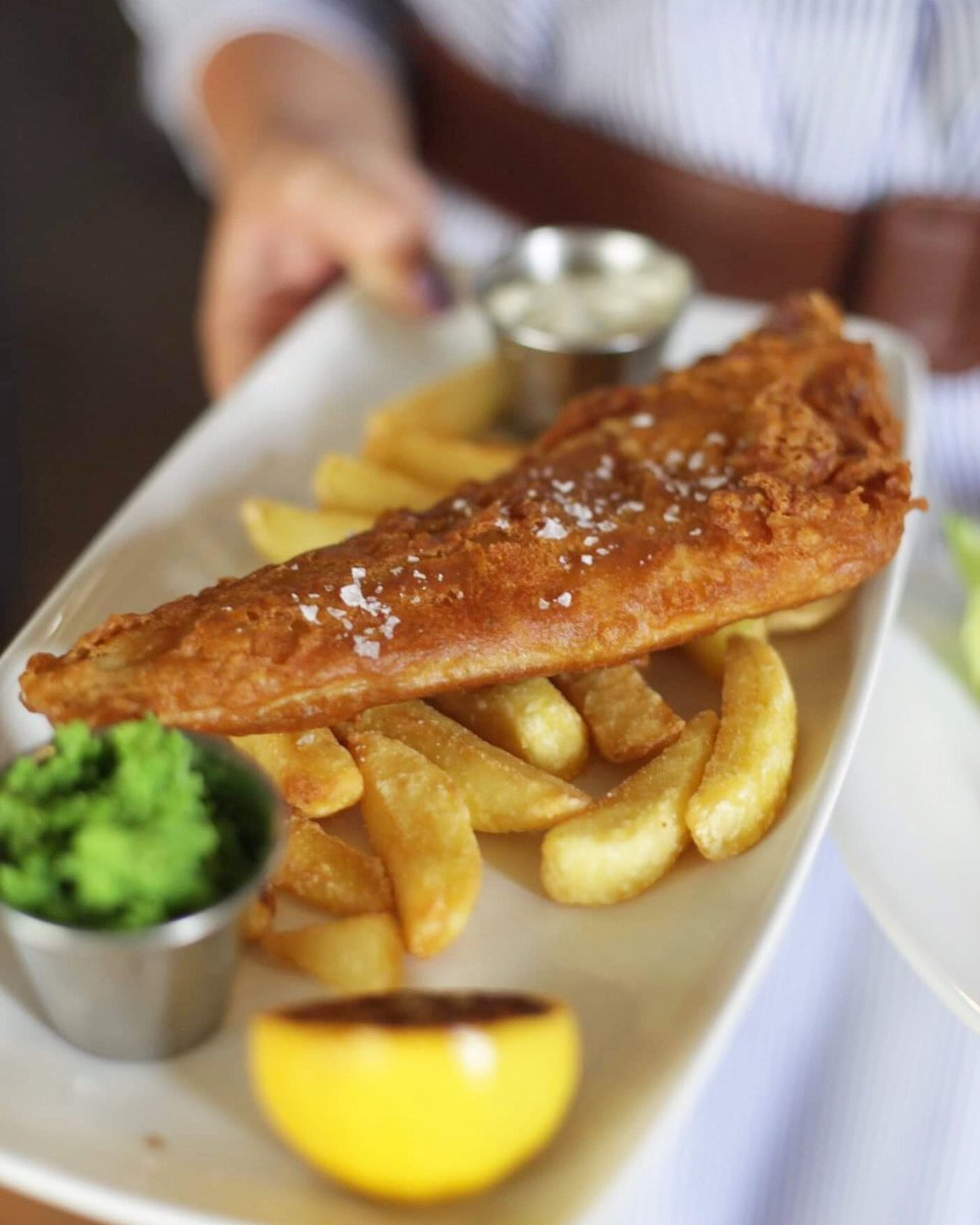 Fish'n'chips, is this the most quintessential British pub classic?   https://t.co/uGPcoOt8sX  #classic #british #pubclassic #youngspubs #londonpubs #earlsfield #foodie #foods #foodstagram #london #halfwayhouse https://t.co/kn8nOCeujQ