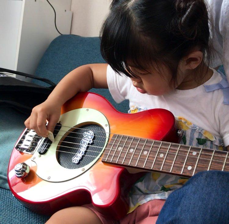 いいねRT @saboten0611: @CHLionRagbaby kenちゃんこんばんわ!!最近旦那さんがミニギターを買ったんですが、ギターに興味津々な娘にも弾かせて教えているみたいです!! https://t.co/HIiFyplKSX