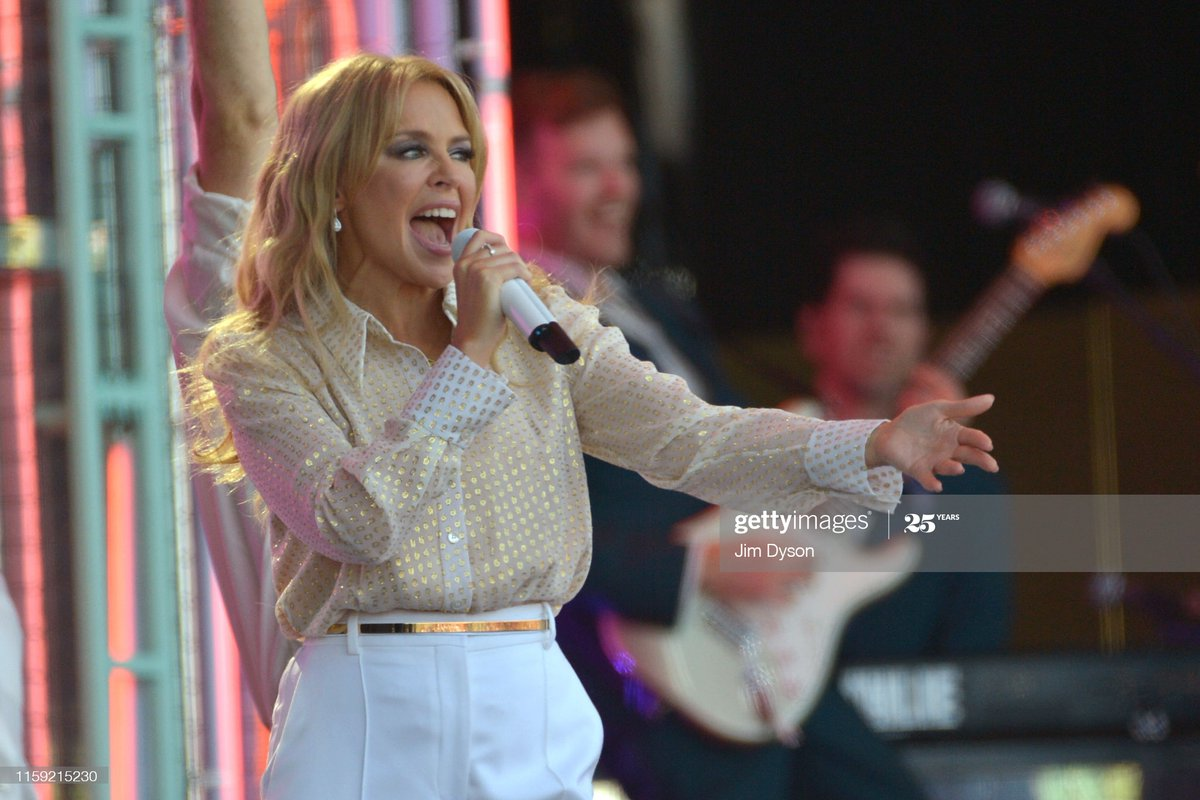 Kylie Minogue with her beautiful gold shirt.  @kylieminogue #KylieMinogue #Kylie #Lovers #BetterTheDevilYouKnow #CantGetYouOutOfMyHead #StepBackInTime #Golden #Fever #RhythmOfLove #LetsGetToIt #SAYSOMETHINGpic.twitter.com/5EHIrEjANM