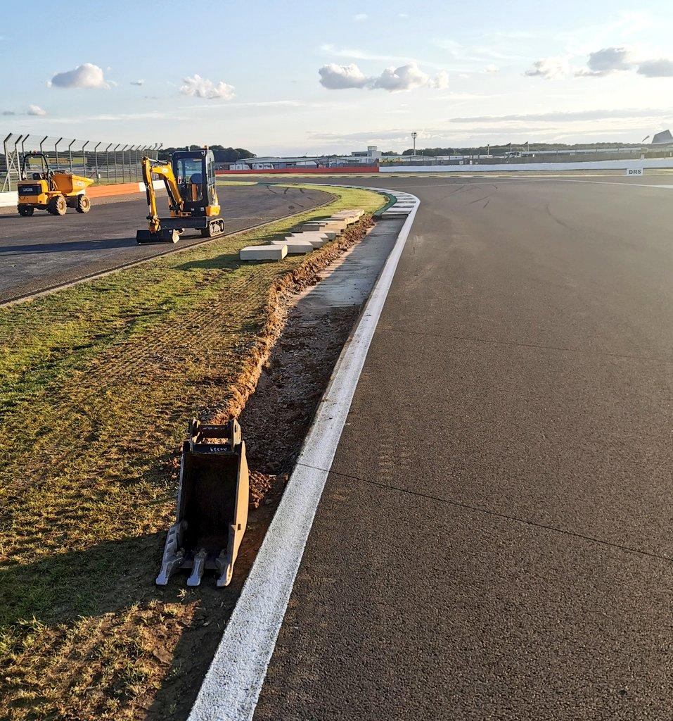 La FIA a décidé de prolonger le vibreurs après l'enchaînement Maggots Becketts Chapel  On a vu beaucoup de pilotes roulé sur l'herbe à la sortie du virage   #F1 #BritishGP #F170 https://t.co/n2FWICCHVJ