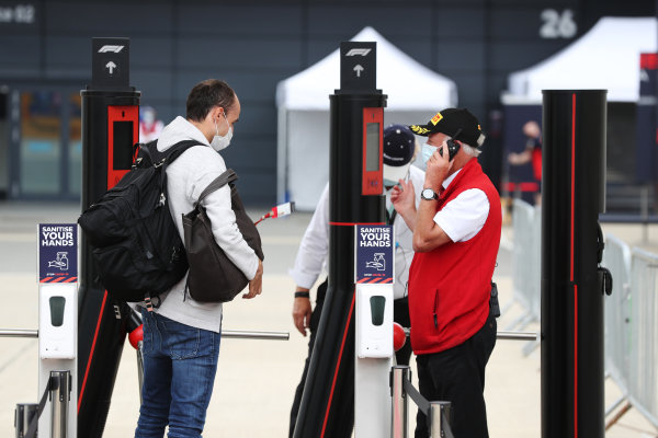 Robert Kubica - obładowany jak wielbłąd, w maseczce przed bramkami toru 😊 #Kubica #BritishGP #F1 #F170 #AlfaRomeoRacing https://t.co/7NckCghDfd