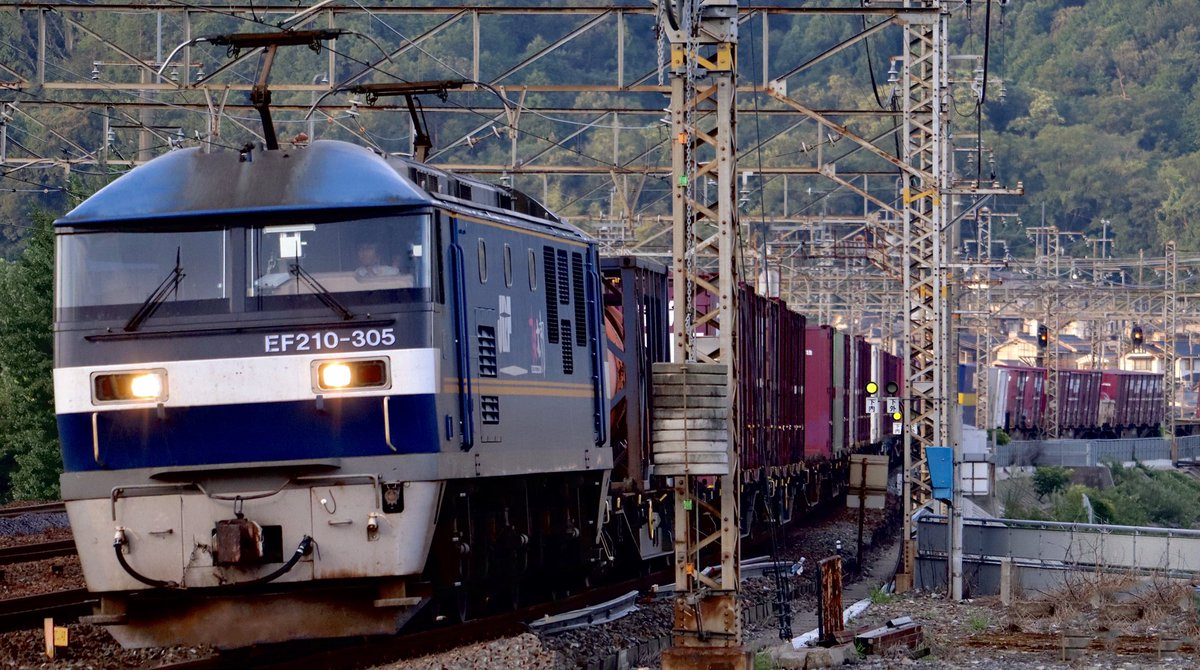 今日の仕事帰り #吹田a15運用 #1089レ #EF210305 代走 #EF210 #吹田機関区 #貨物列車 #電気機関車 2020.8.06 pm6:18 https://t.co/xiOlJc7x26