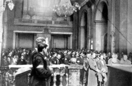 06.08.1944 r. - Powstanie Warszawskie:  Na Starówce w Katedrze Polowej odbywa się Msza św., a po niej defilada oddziałów powstańczych na ul. Długiej. https://t.co/PBizsy91lC