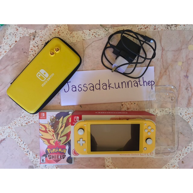 ขาย ขาย Nintendo Switch Lite พร้อมแผ่นเกม pokemon shield ในราคา ฿7,100 ใน #ShopeeTH ตอนนี้! https://shopee.co.th/jassadakunnathep/4045332916/ …pic.twitter.com/A8Wt8oG4R4